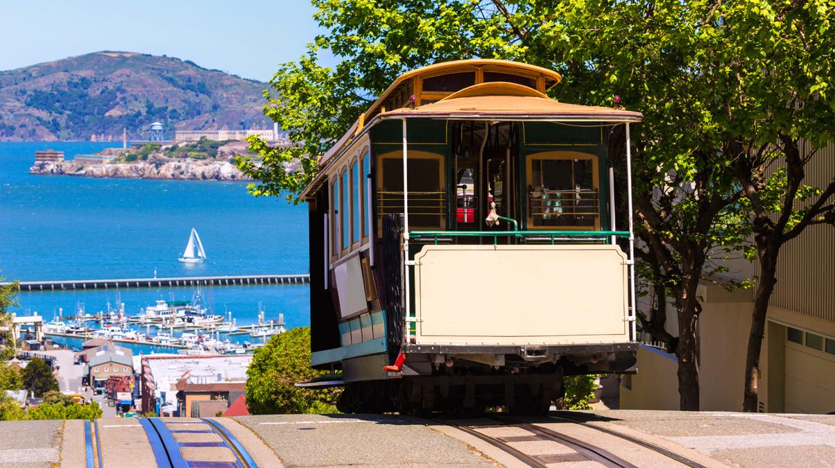 San-Francisco-Hyde-Street-Cable-Car,-California_©-Lunamarina_iStock